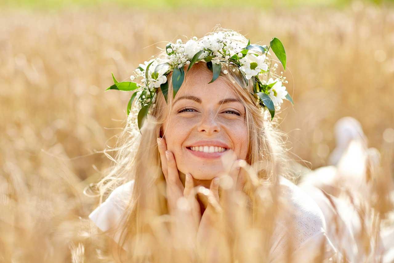jeune femme au naturel dans un champ de blé