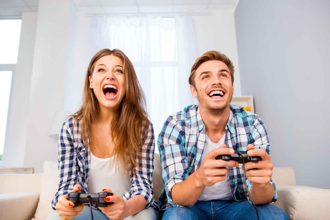 deux amis jouant à la console