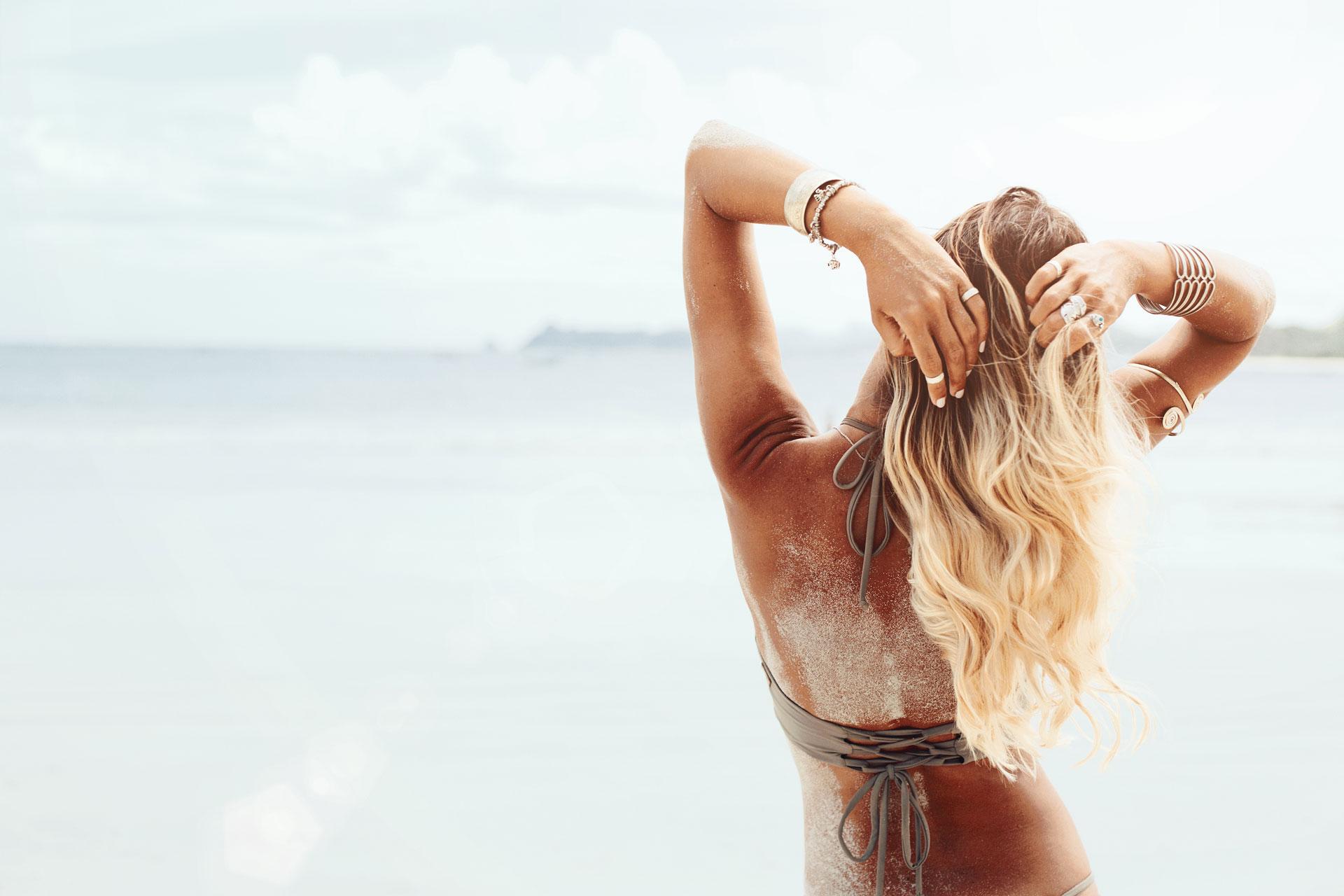 femme blonde face à la mer
