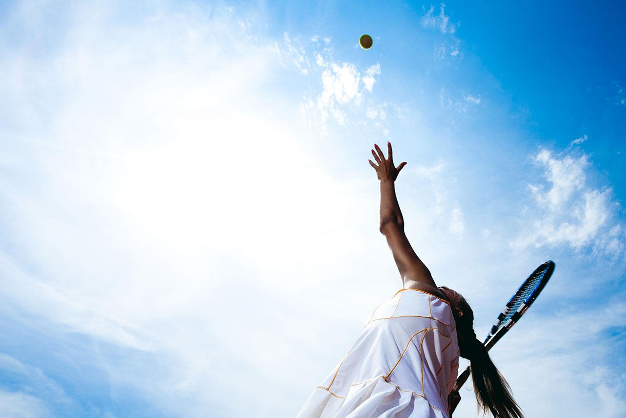 femme jouant au tennis