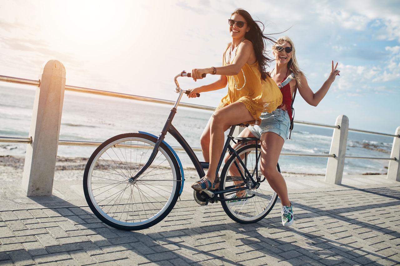 2 jeunes femmes pratiquant le vélo